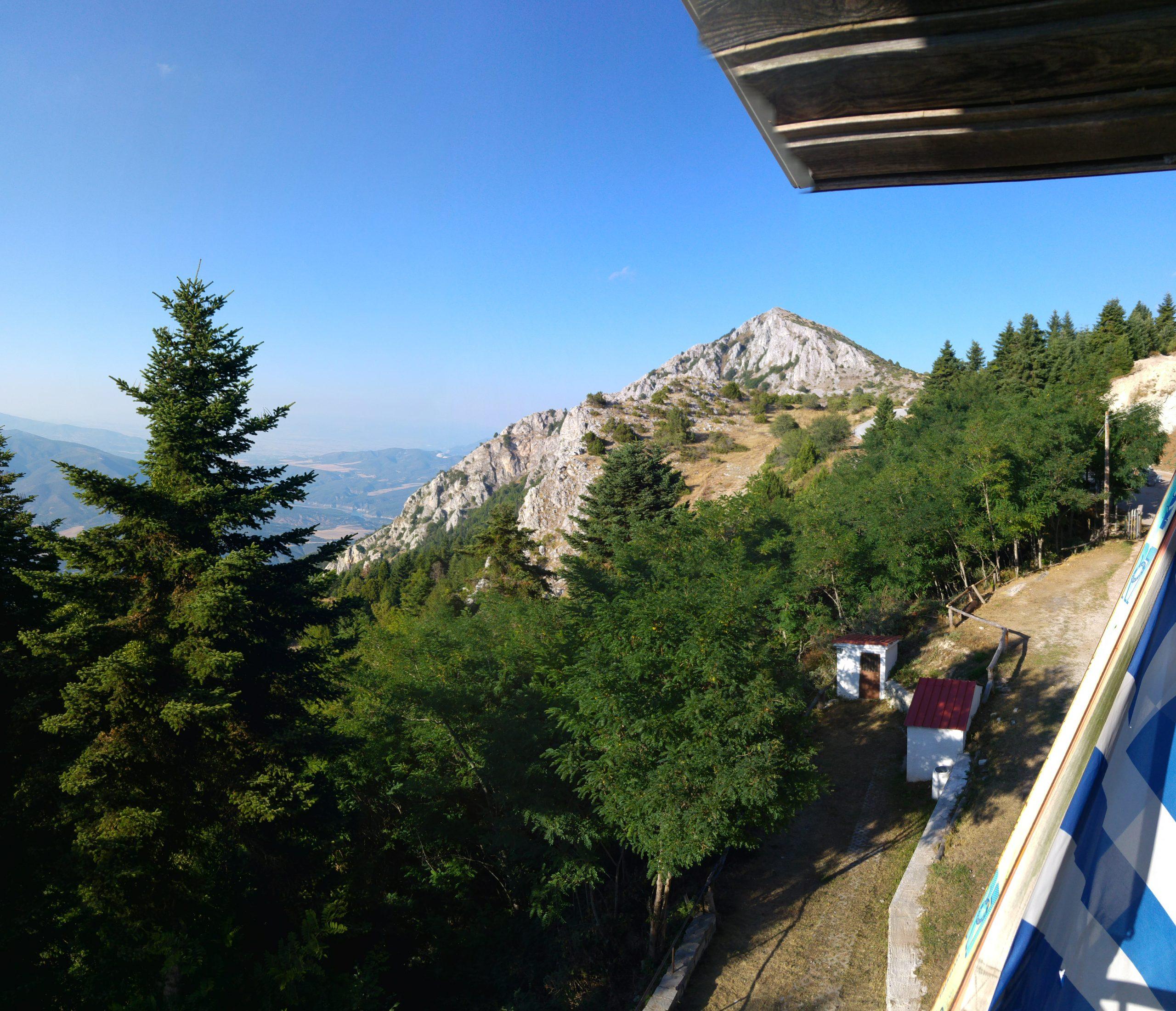 Καλοκαιρινή θέα από το καταφύγιο Βουνάσας © ΕΟΣ Δεσκάτης