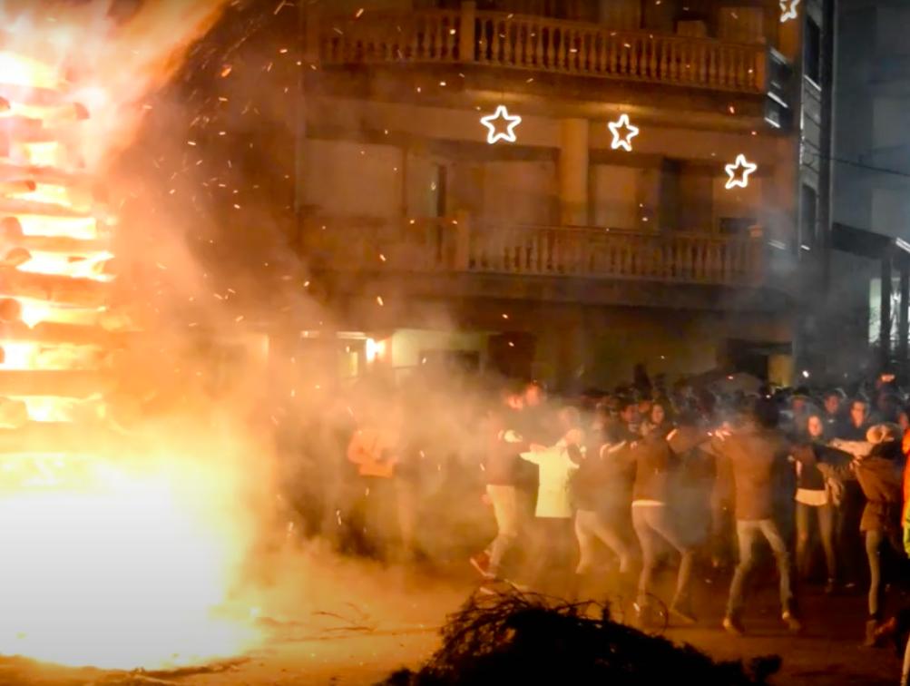 Χορός μπροστά στις φωτιές © Ε.Τ.ΔΥ.ΜΑ